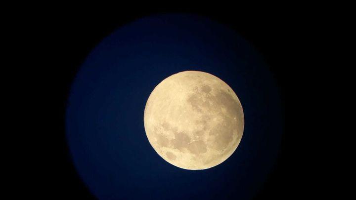 Noche de superluna de nieve