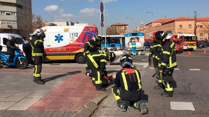 Los Bomberos se han encargado de asegurar la zona semáforos y bolardos derribados