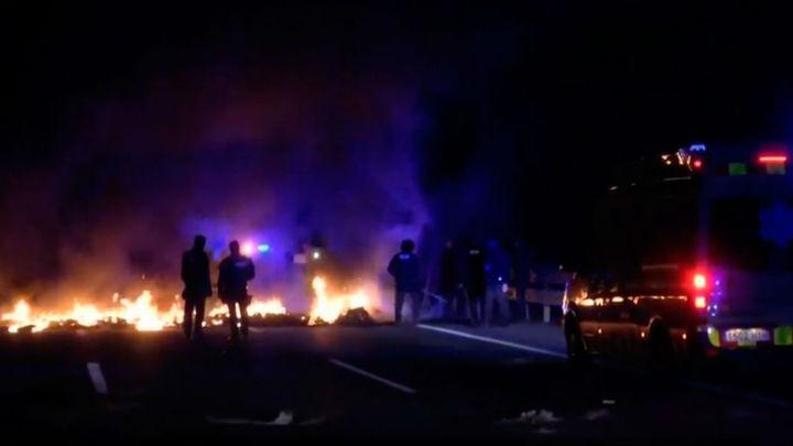 Cortan autopistas y carreteras en el inicio de la huelga general en Cataluña