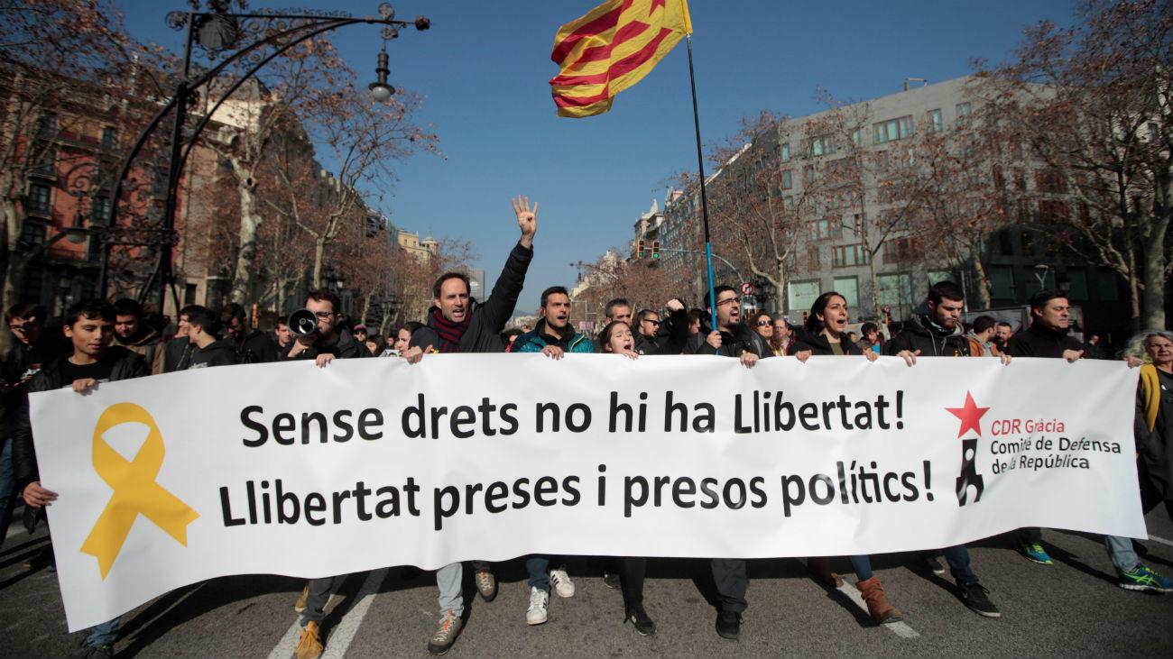 Grupos de personas que secundan la huelga general en Cataluña realizan cortes de tráfico