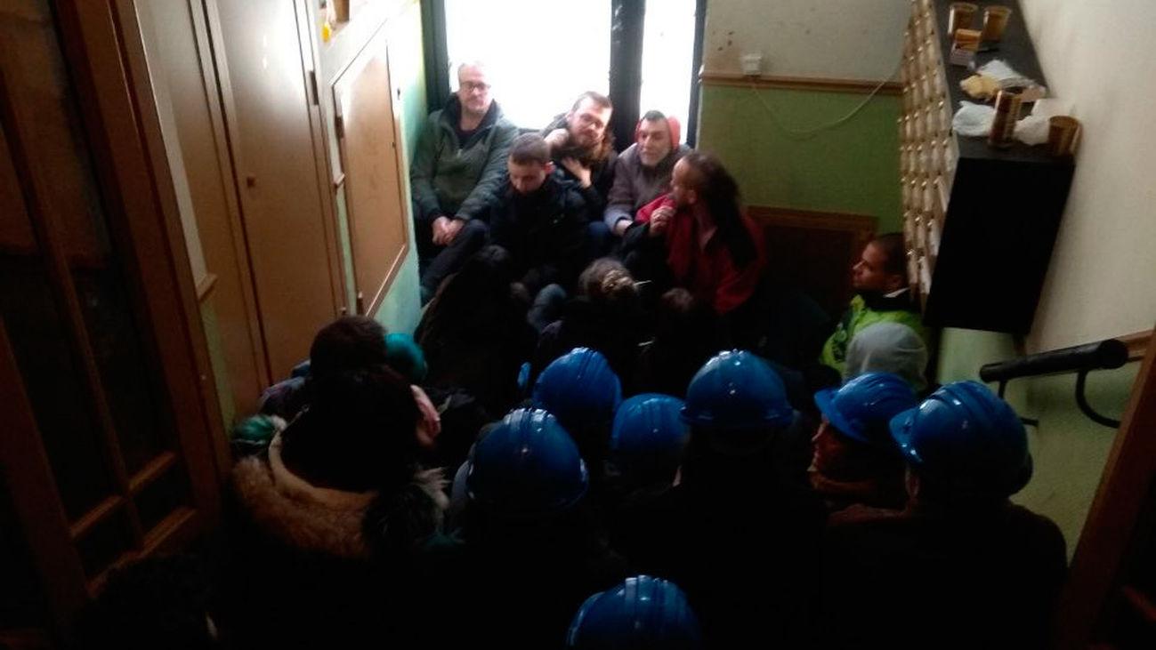 Imagen del portal de Argumosa con los cascos azules de la ONU (Sindicato de Inquilinas de Madrid)