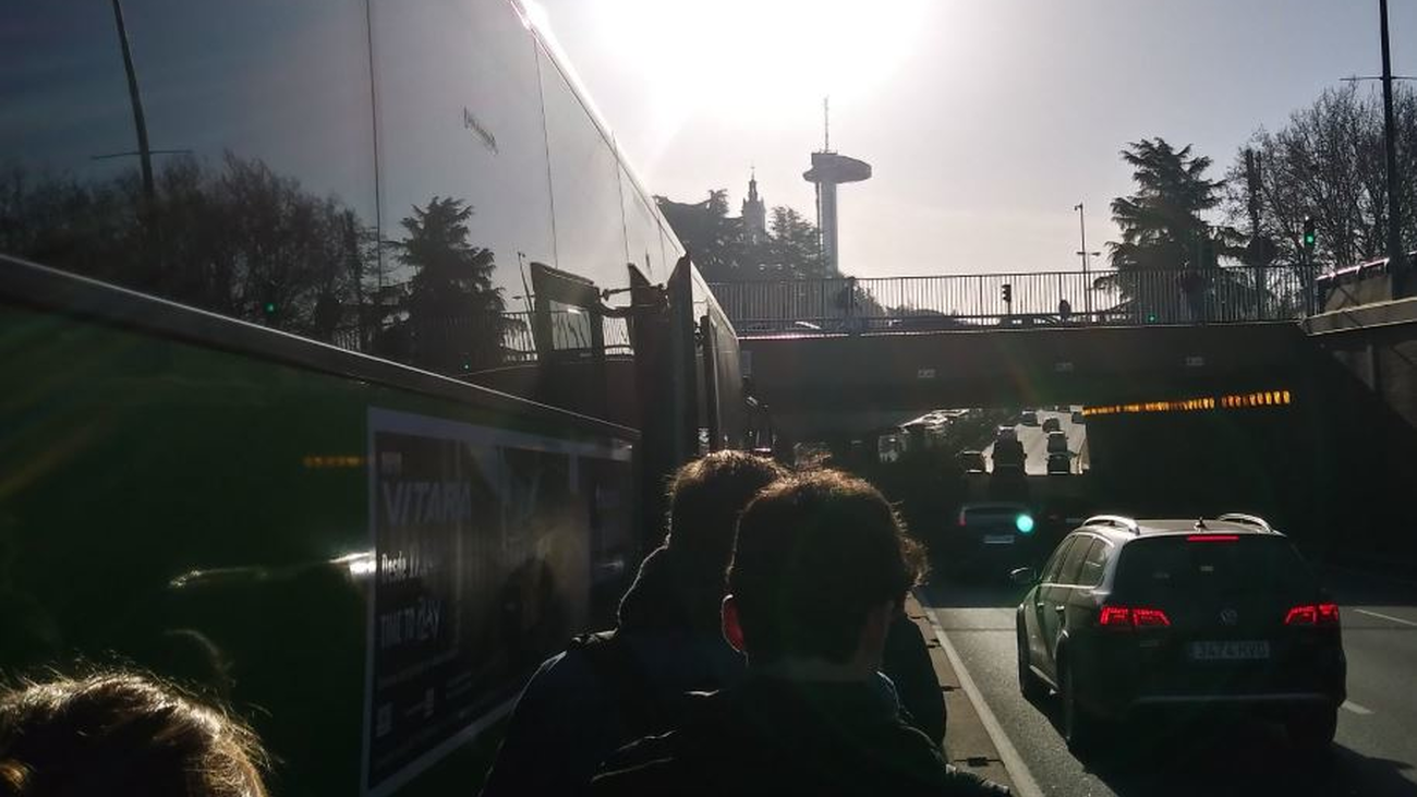 Decenas de viajeros caminan por el Bus Vao de la A-6 a Moncloa tras la avería de un autobús