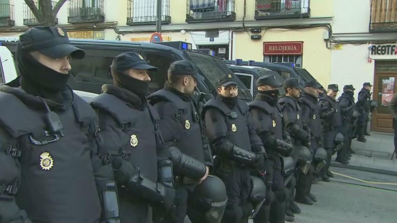 Fuerte presencia policial a la espera de cuatro desahucios en Argumosa 11