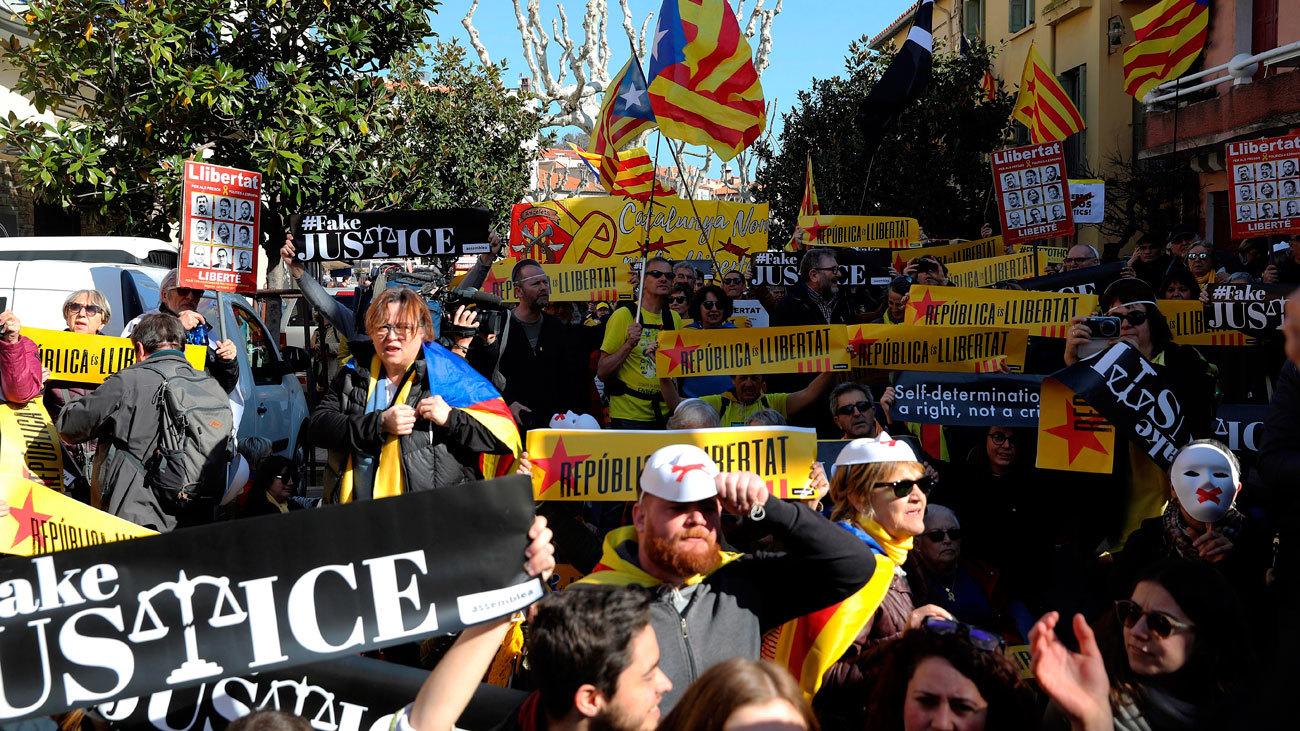 Independentistas catalanes protestan en Colliure durante la visita de Pedro Sánchez