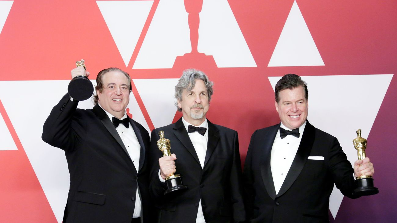 """Nick Vallelonga, Peter Farrelly y Brian Currie posan con su estuatuilla al mejor guión original por """"Green Book"""""""