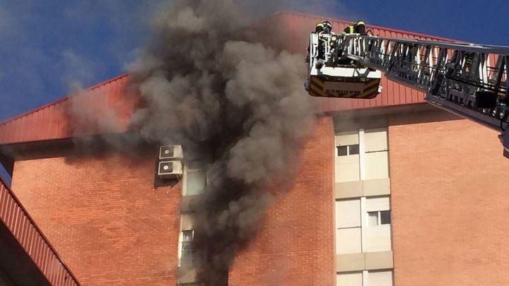 Muere un hombre en un incendio en una casa en Villa de Vallecas