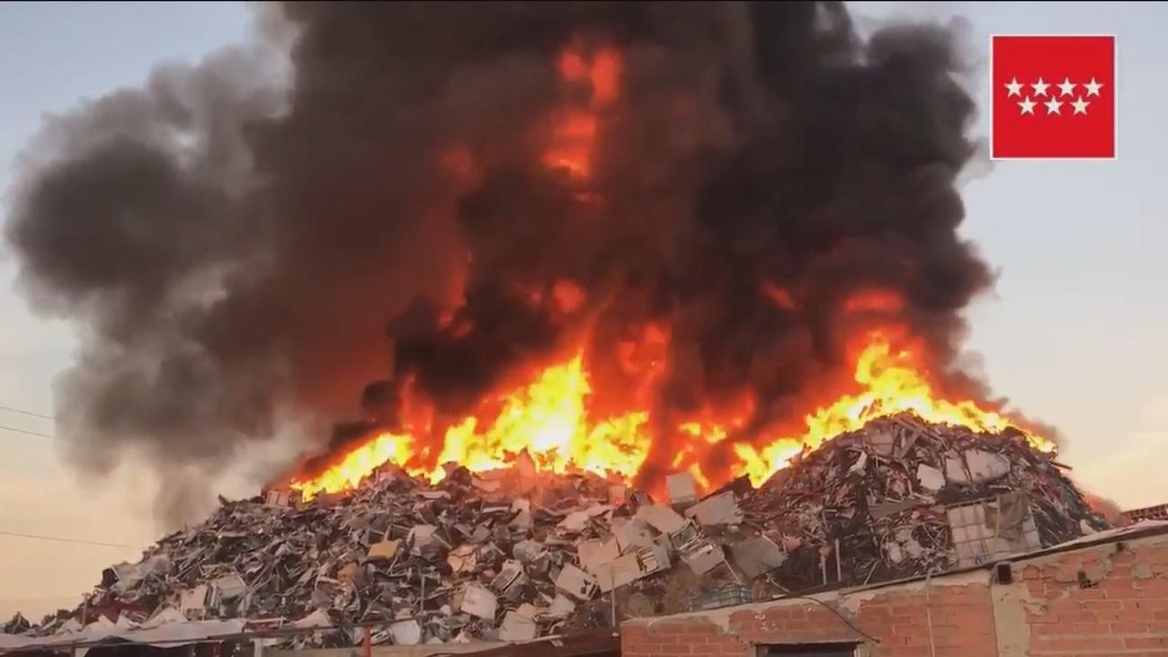 Preocupación por el alcance de las llamas del incendio en una chatarrería de San Fernando de Henares