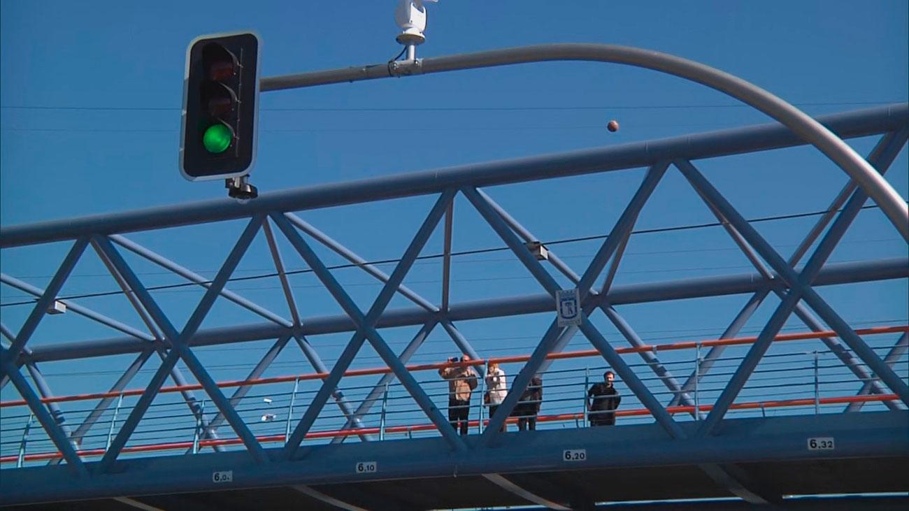 Los semáforos de la A-5 ya están en funcionamiento con los vecinos 'divididos'