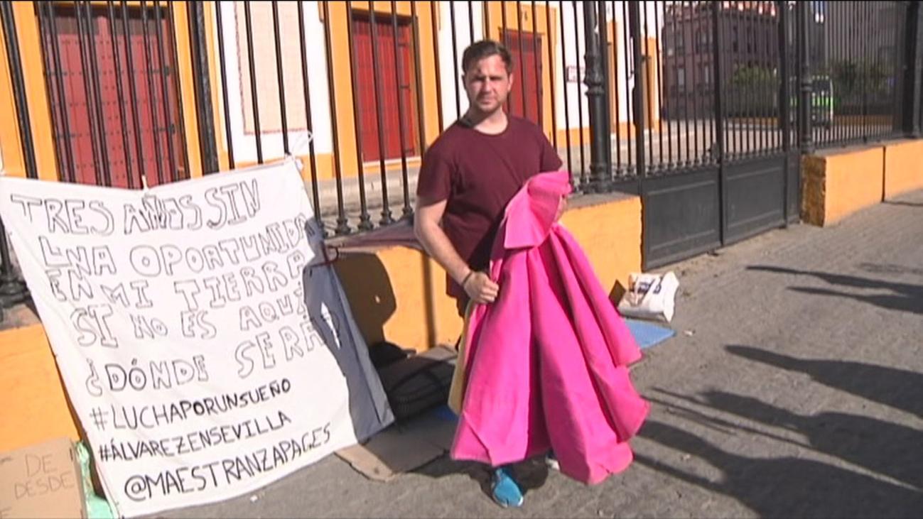 Un novillero en huelga de hambre ante La Maestranza