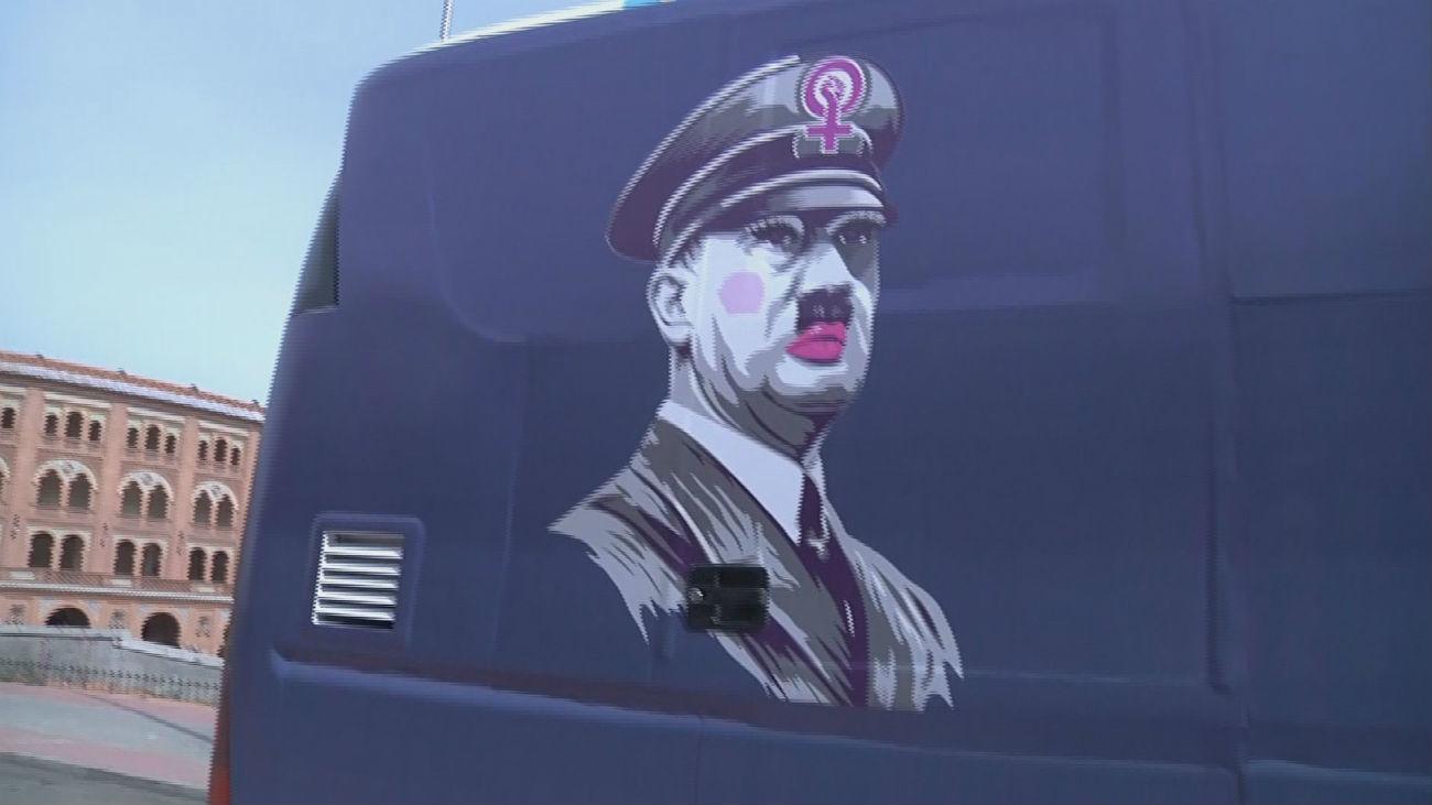 HazteOir lanza un bus con la imagen de Hitler y el mensaje '#StopFeminazis'