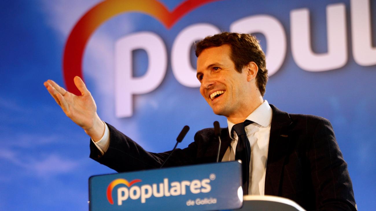 Casado dice que no gobernará a golpe de decreto y manipulación como Sánchez