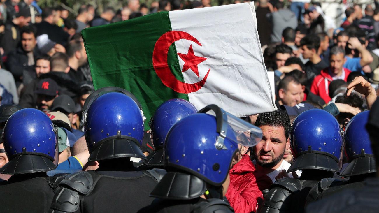 Las protestas desbordan Argel y aumentan la presión al gobierno en las calles