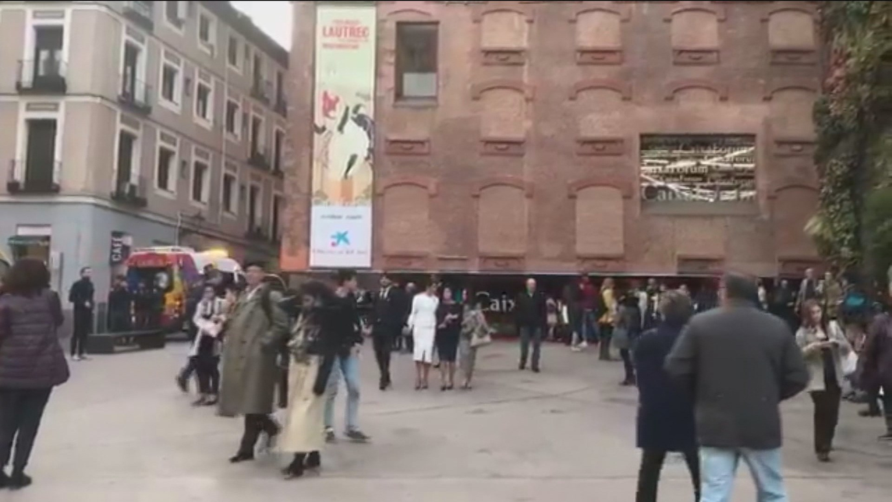 Desalojado el CaixaForum tras precipitarse una mujer por el hueco de la escalera