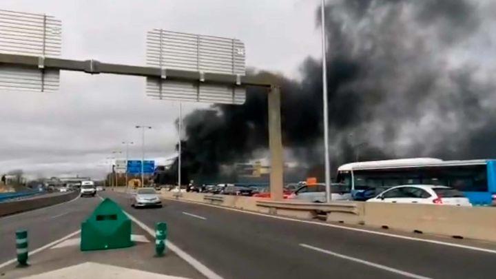 El incendio de un autobús en el nudo de Manoteras provoca cortes y atascos en el norte de Madrid