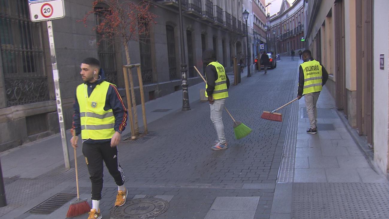 Así actúa la patrulla de limpieza de la calle Hortaleza