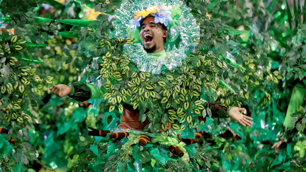Un desfile pidiendo más justicia en Brasil sacude el Carnaval de Río de Janeiro
