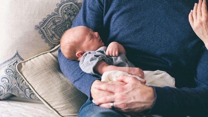 El Gobierno aplaza al 1 de abril la ampliación de las bajas por paternidad