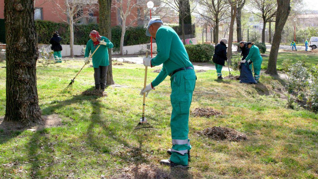 Desempleados de Alcobendas limpian un jardín