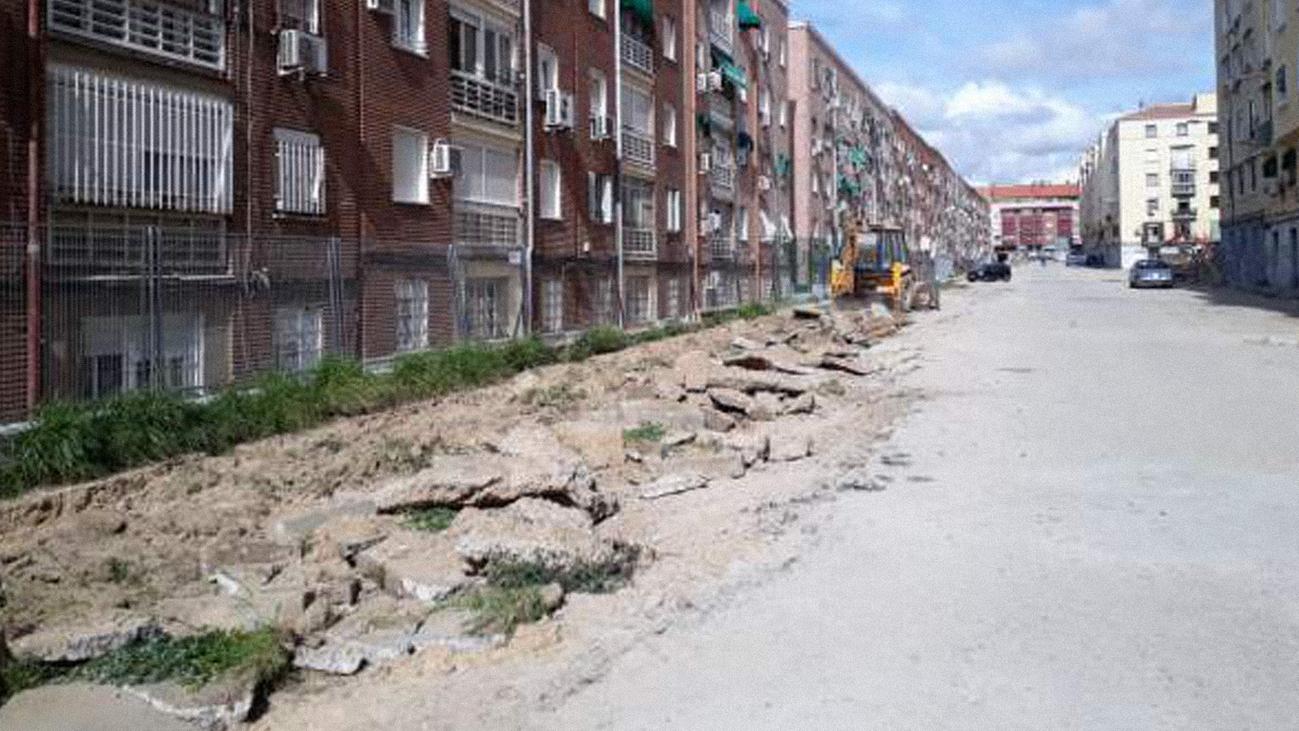 Asfaltan un callejón en el distrito Ventas tras 70 años de espera