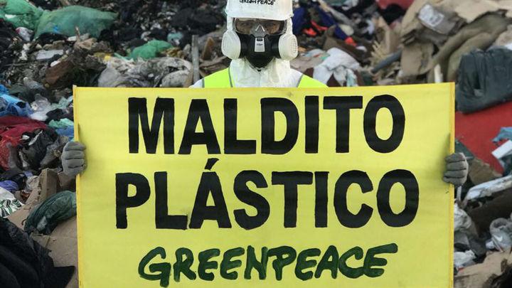 """Greenpeace se manifiesta en Valdemingómez contra el plástico """"maldito"""""""