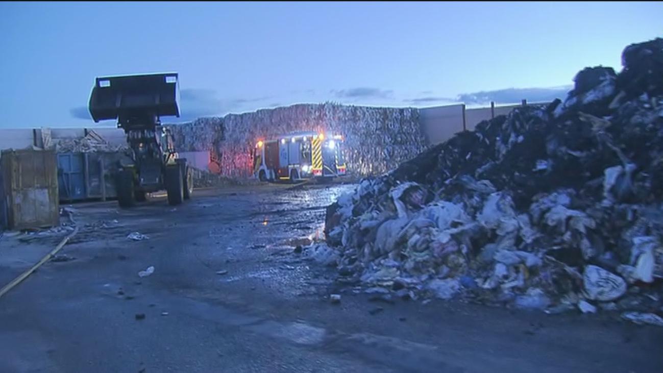 Controlado el incendio en una nave de reciclaje de papel en Alcorcón