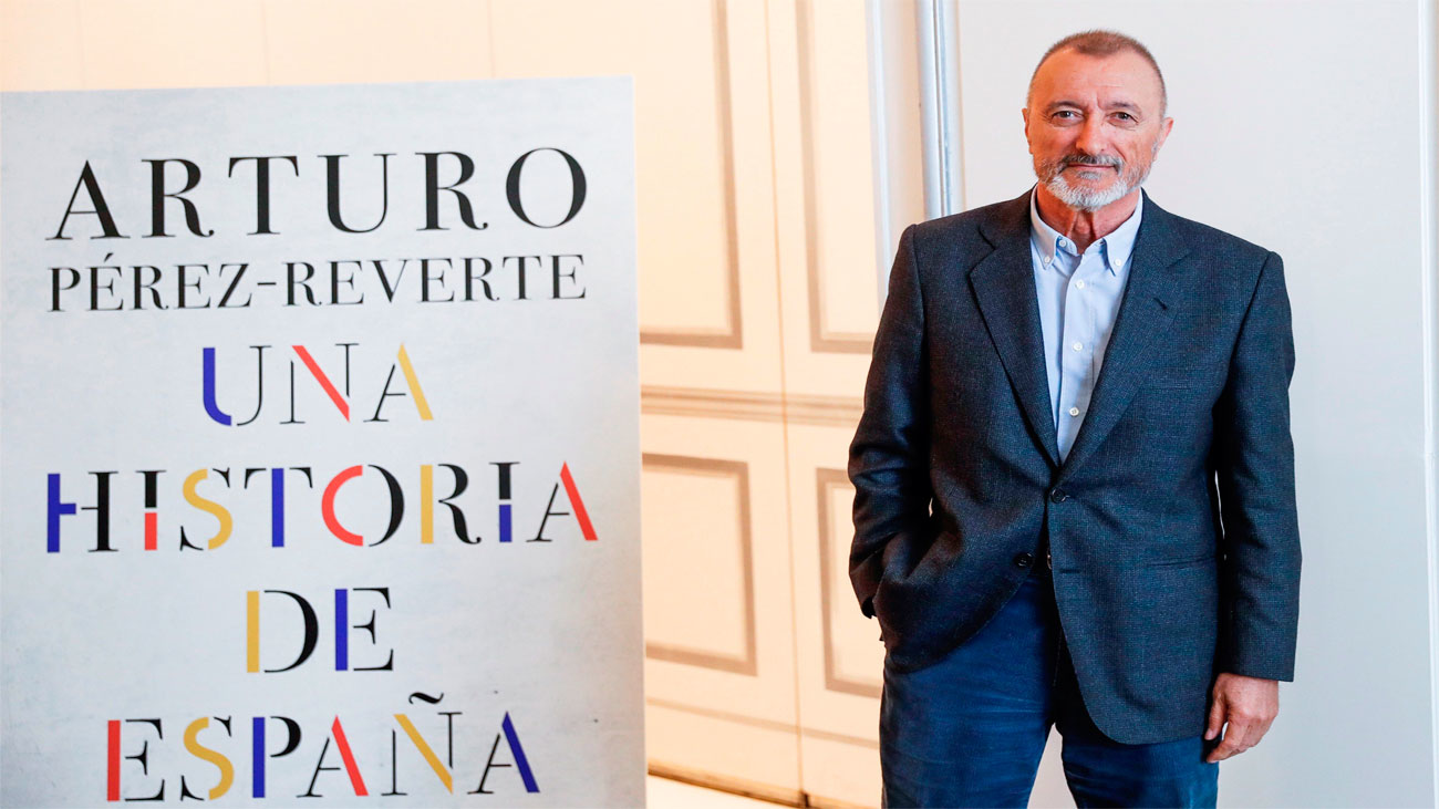 Pérez-Reverte reparte a diestra y siniestra con 'Una Historia de España'
