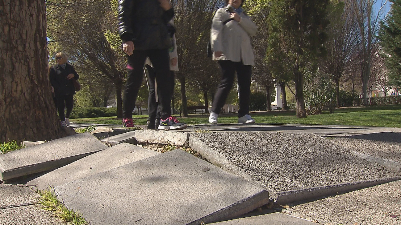 Se disparan las quejas por el mal estado de aceras y calzadas en Madrid