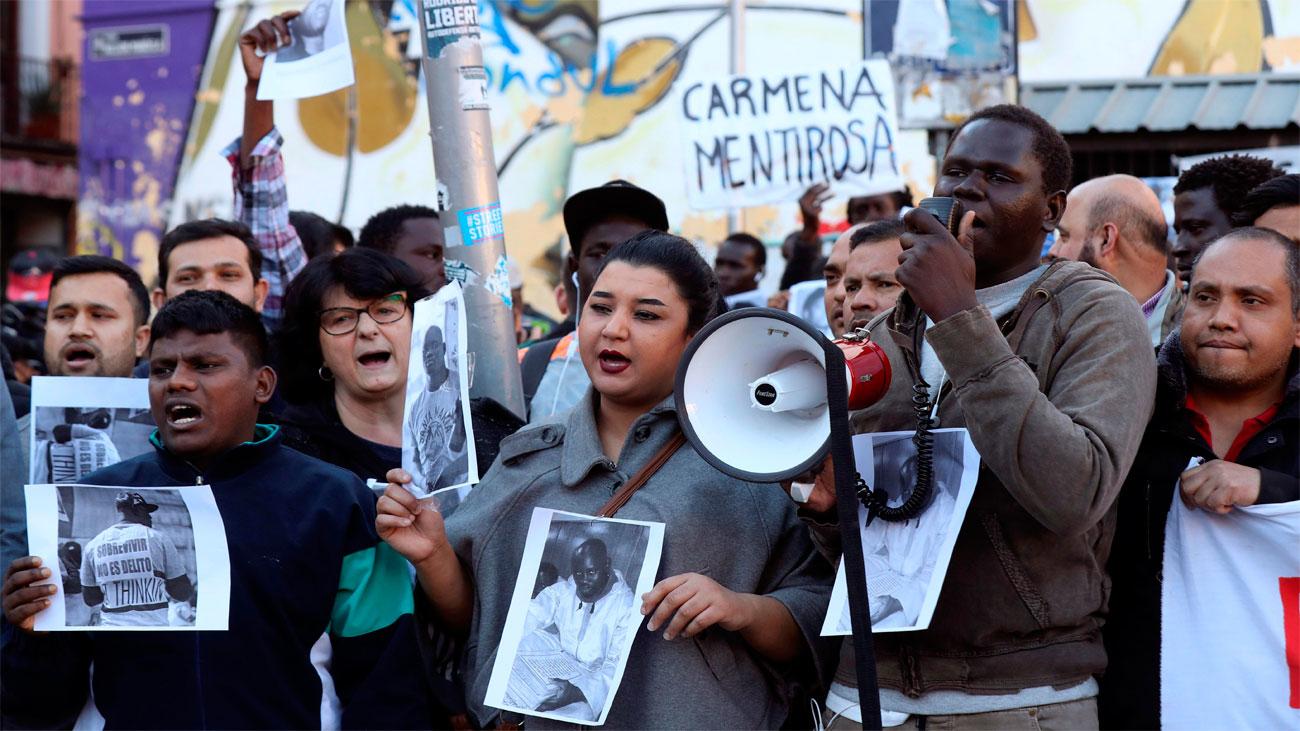 """Una concentración en Lavapiés recuerda a Mbaye como """"víctima  del racismo institucional"""""""