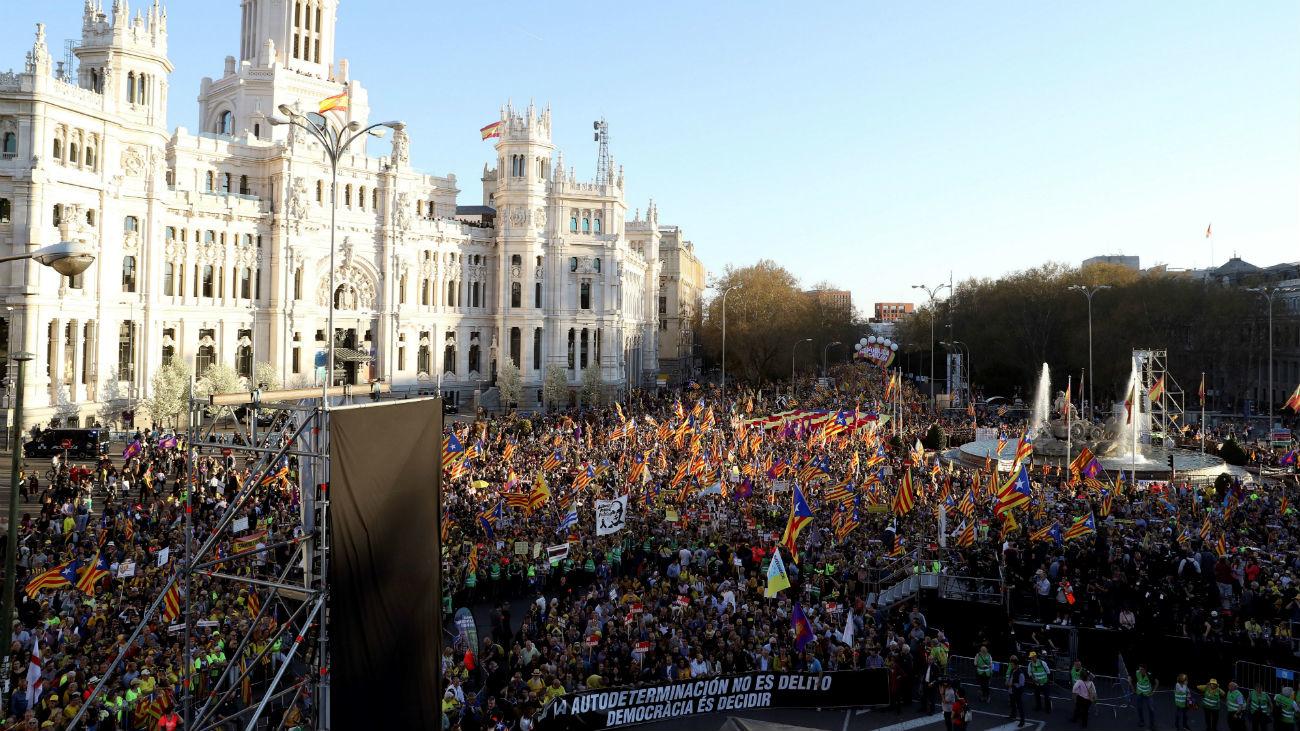 """Miles de personas marchan en Madrid contra el """"juicio farsa"""" del 'procés'"""