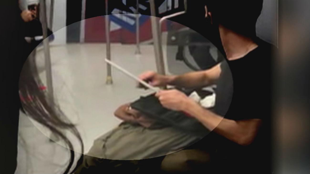 Graban a un hombre afilando un cuchillo en la línea 10 de metro