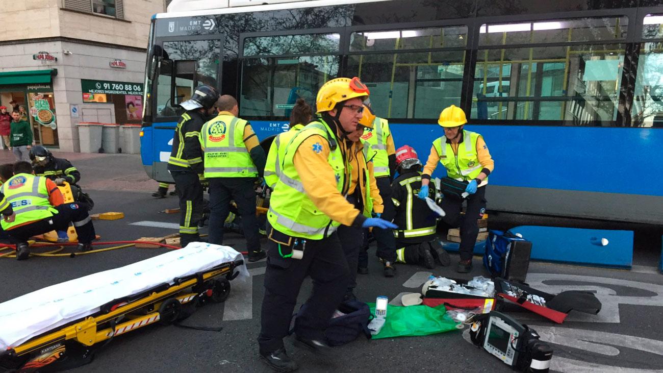 Una joven queda atrapada bajo un autobús de la EMT en Príncipe de Vergara