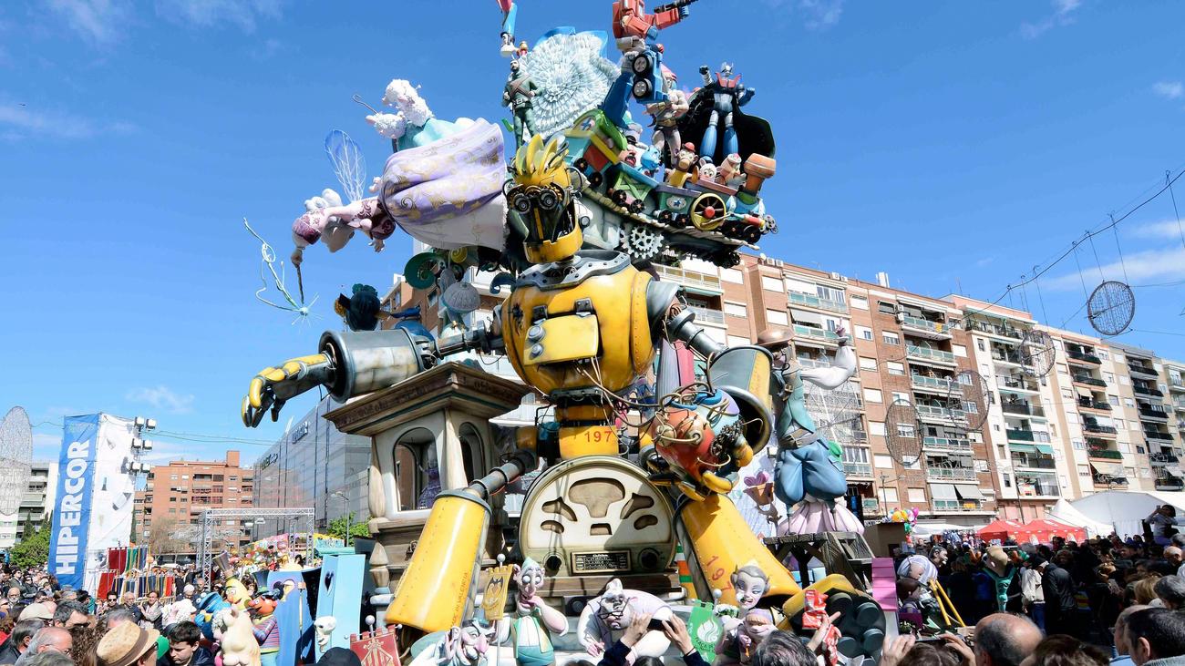 Valencia cierra sus Fallas con la quema de más de 700 monumentos