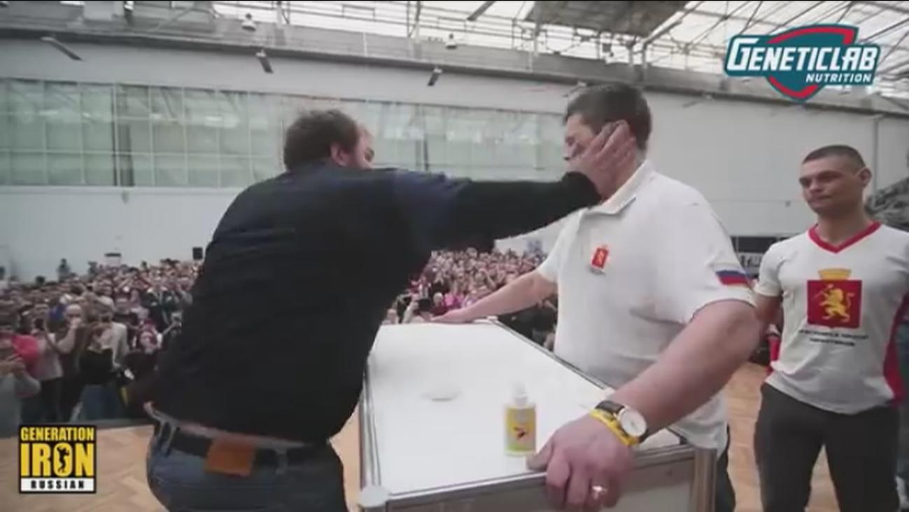 Un joven de 170 kg gana a tortazo limpio el campeonato de bofetadas en Rusia