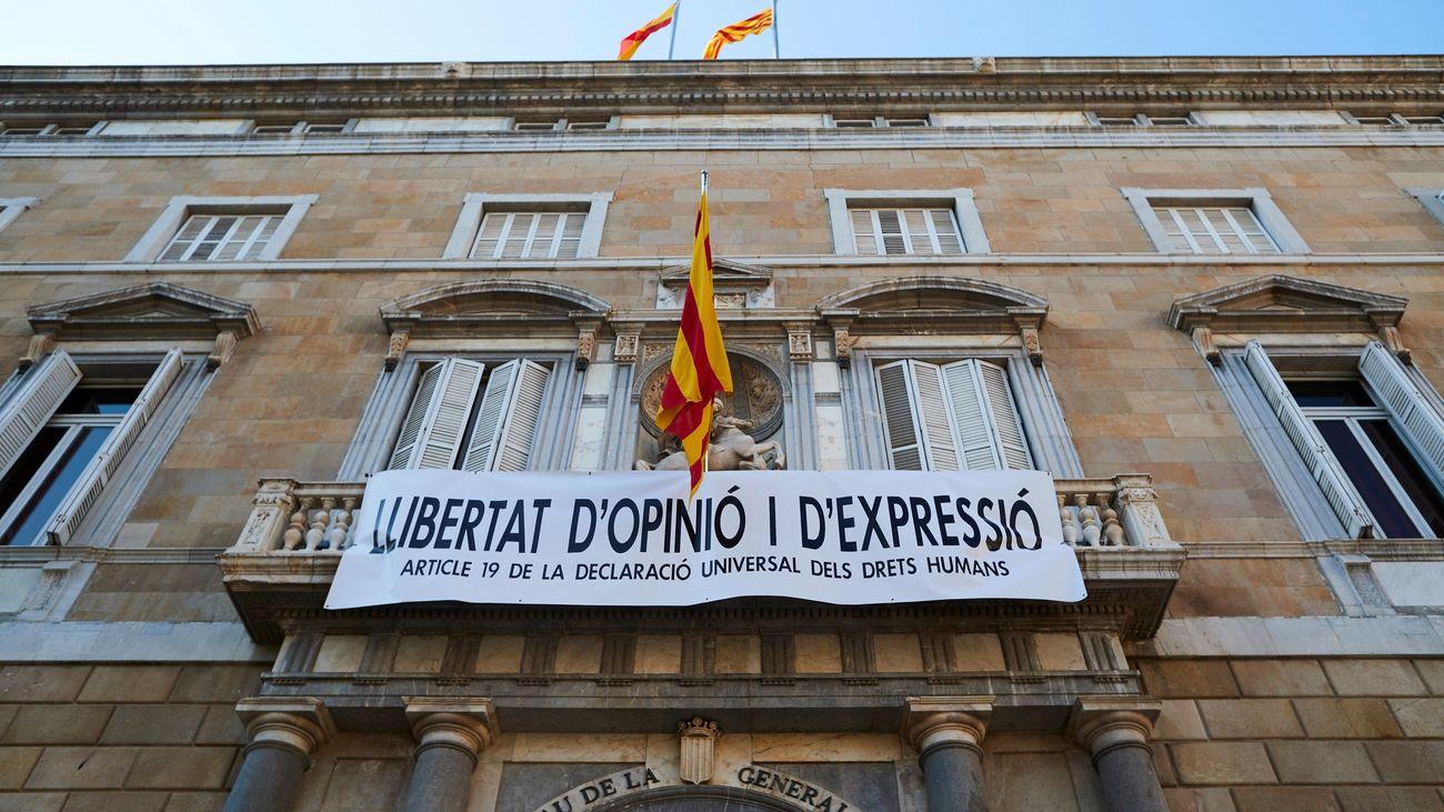 El presidente catalán, Quim Torra, ha decidido colgar una nueva pancarta en el balcón del Palau de la Generalitat, con el lema 'Libertad de opinión y expresión. Artículo 19 de la Declaración Universal de Derechos Humanos'.