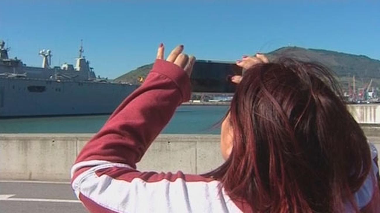 El portaaviones 'Juan Carlos I' atraca en Getxo para unas  jornadas de puertas abiertas a los ciudadanos