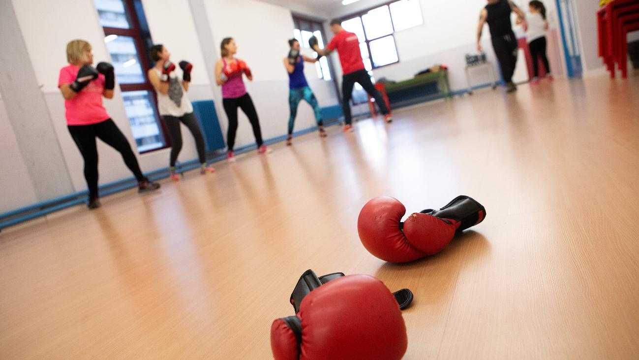 Mujeres de Barcelona aprenden boxeo para defenderse de agresiones machistas