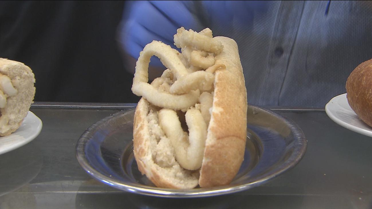 Así se prepara el bocata de calamares más famoso de Madrid