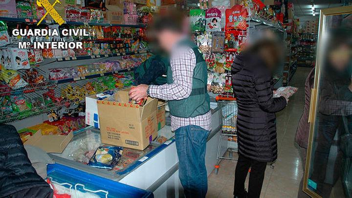 La Guardia Civil interviene en Zaragoza una tonelada de alimentos a la venta no aptos para su consumo