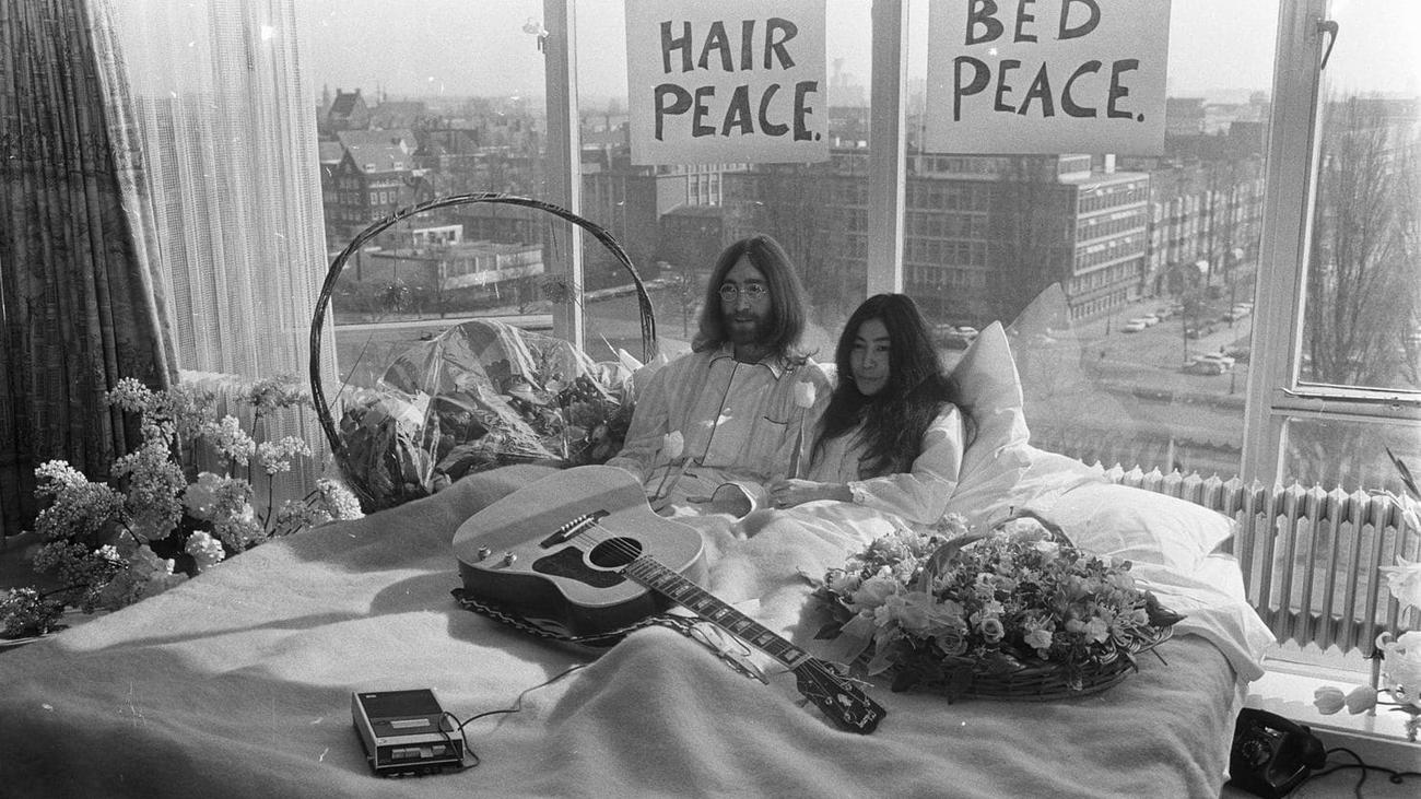 50 años de la foto de cama más famosa de la historia