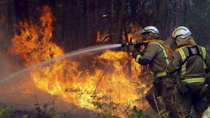 Siguen activos varios  incendios en Orense mientras tratan de controlar los de Dodro y Rianxo