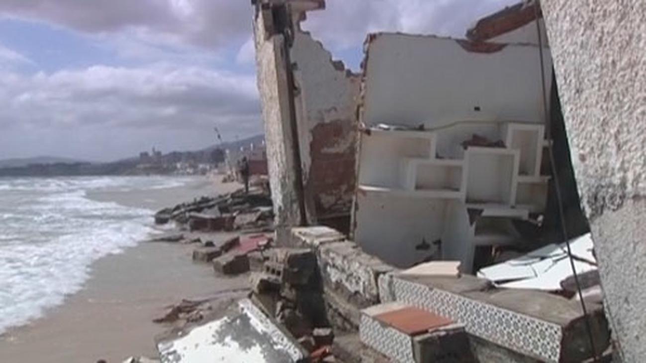 El temporal de viento causa estragos en Motril, Tarifa y Málaga y destruye los chiringuitos