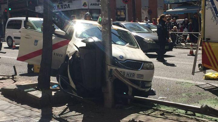 Un taxista sufre un mareo y tiene un accidente en la avenida de la Albufera
