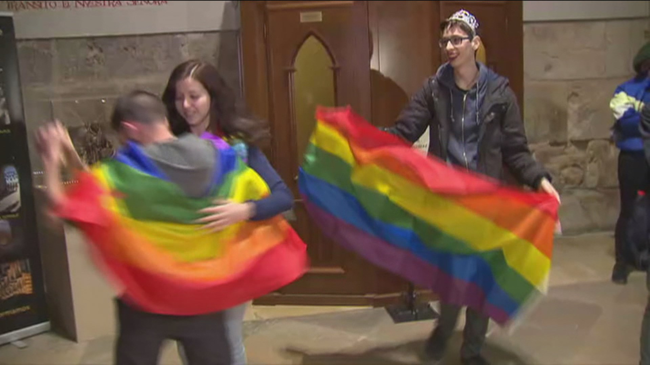 Protesta LGTBI en la catedral de Alcalá contra sus terapias para 'curar' la homosexualidad