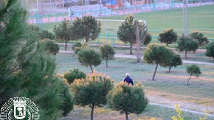 Identifican al sospechoso de dejar salchichas con alfileres y cristales en un parque de Barajas