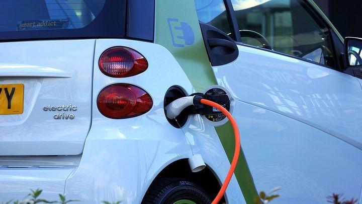 Piden al Gobierno que solo los coches eléctricos se libren de la tasa de matriculación