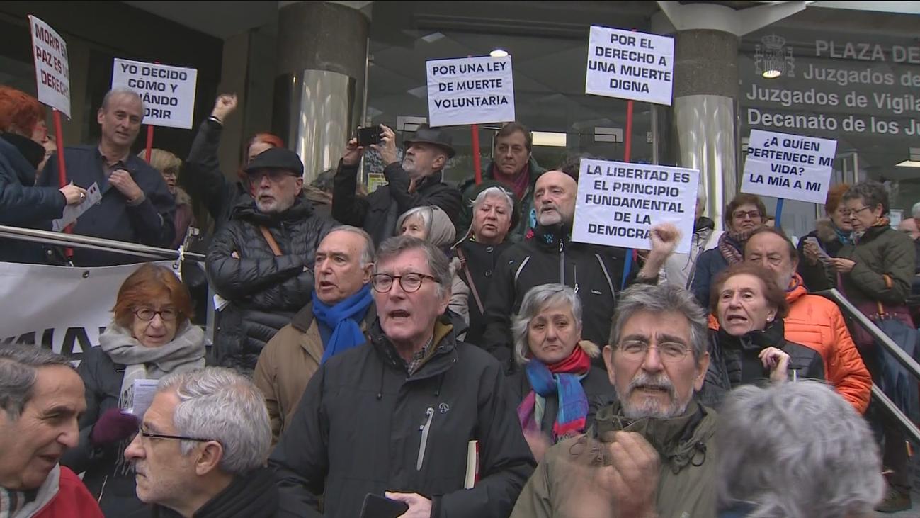 Un centenar de personas se manifiestan en Madrid en apoyo a Angel Hernández