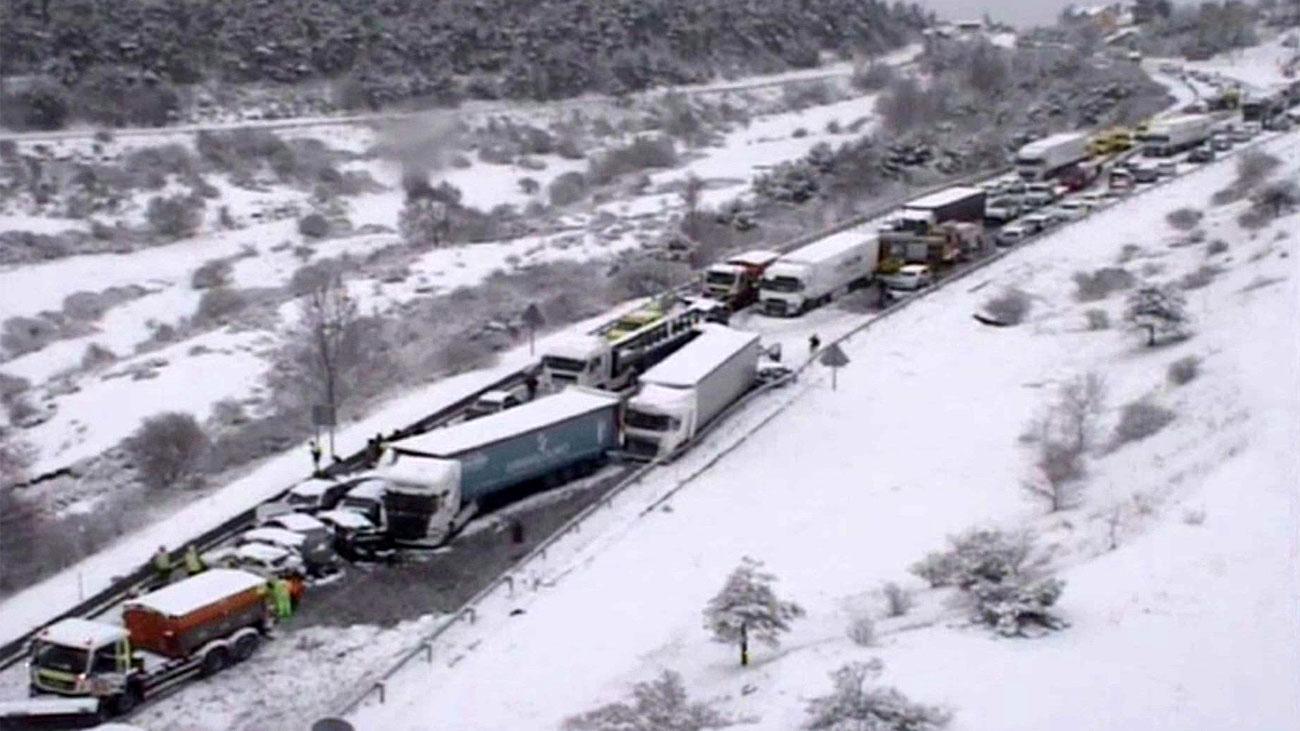 Casi 40 heridos y un centenar de vehículos accidentados en la A-1 en Somosierra