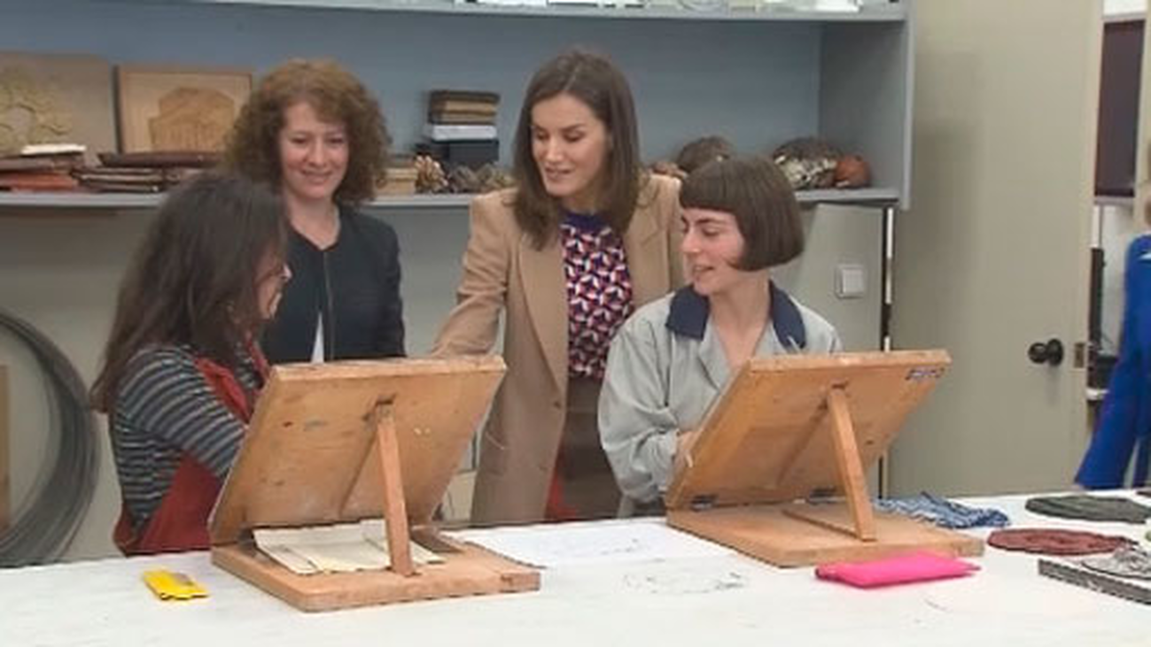 La reina visita la Escuela de diseño y grabado de la Real Casa de la Moneda