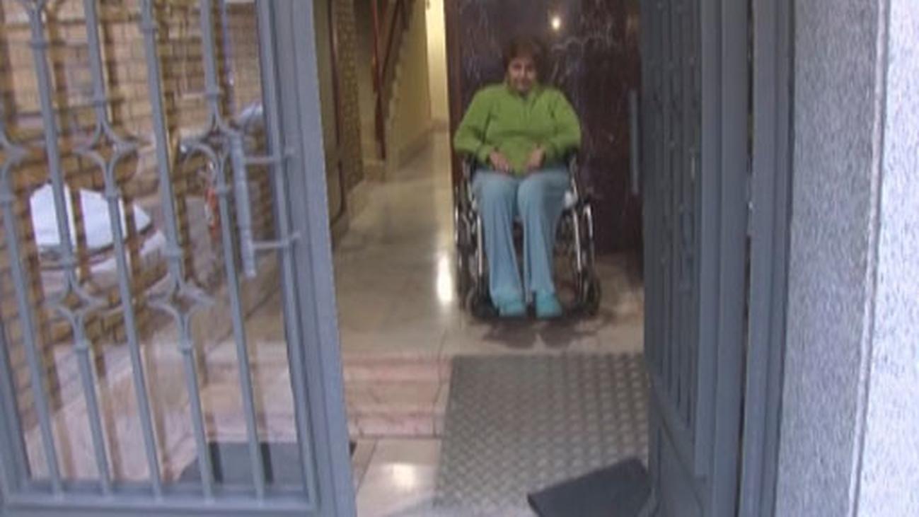Una mujer de Leganés con esclerosis pide una rampa segura para salir a la calle y sus vecinos se la niegan