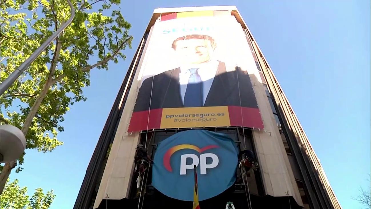 Susto en la sede del PP al colgar el cartel electoral